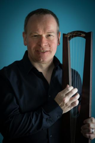 Michael Dollendorf with Alamanic Lyre - Photo: André Wagenzik