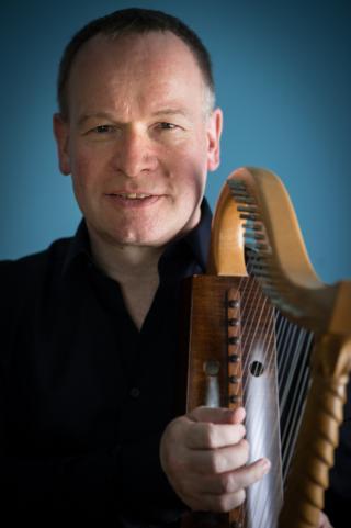 Michael Dollendorf with Romanesque harp - Photo: André Wagenzik